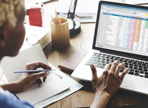 لماذا يجب على أصحاب الشركات الصغيرة عدم استخدام برنامج إكسيل لجداول البيانات في المحاسبة